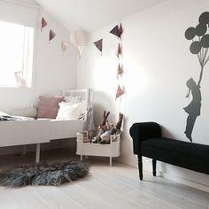 Lillemors rom. Balloon silhouette wall sticker, Sebra Juno crib and doll bed. Bunting flags. #bunnyinthewindow