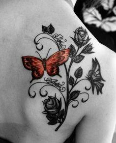 Schmetterling und Rosen Tattoo am Schulterblatt