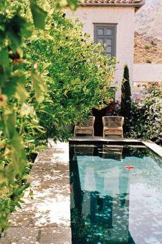 25 ideas para tener una piscina en patios y jardines pequeños Garden Pool, Backyard Patio, Greek Islands To Visit, Greek Island Hopping, Paradise Garden, Plunge Pool, To Infinity And Beyond, Pool Designs, Greece Travel