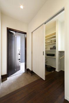 玄関収納・ウォークスルーシューズクローク・SIC|建築実例|奈良・京都・大阪の新築一戸建て分譲住宅・注文住宅・リフォームなら日本中央住販|住むだけでしあわせになる家 House Entrance, Entrance Hall, Shoe Room, Shoe Cabinet, Wall Storage, Walk In Closet, Foyer, Craftsman, Shelves