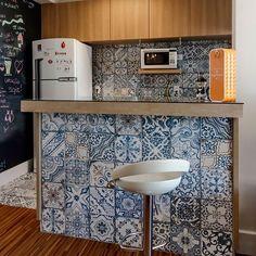 Cor e amor! Porcelanato Blue Memory na cozinha projetada por @fernandaduarteinteriores.  #blue #tiles #kitchen #decortiles