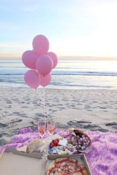As much as a love trying new restaurants, Valentine's Day is often a hard holiday for a romantic dinner. Places tend to be crowded, o. Romantic Picnics, Romantic Beach, Romantic Dates, Picnic Date, Beach Picnic, Beach Dinner, Birthday Girl Pictures, Birthday Photos, Picnic Birthday