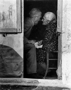 island of silence, love never dies Old Couples, Couples In Love, Old Photos, Vintage Photos, Growing Old Together, Lasting Love, Love Never Dies, Romance And Love, Old Love
