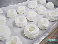Essa é uma receita que aprendi na faculdade, é uma receita simples, e uma delícia. É uma cestinha feita com merengue, ela não fica tã...