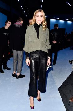 Der Style der Woche Olivia Palermo showed herself on the Giambattista Valli show in a wonderfully clean and yet very chic look. She combined a leather culotte with a black turtleneck. In addition, the Denim Culottes Outfits, Leather Culottes, Black Culottes, How To Wear Culottes, Black Leather Pants, Leather Skirt, Fashion Week Paris, Olivia Palermo, Culotte Style