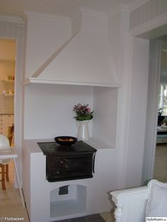 Built in vedspis / wood cooker Swedish Kitchen, Cute Apartment, Kitchen Stove, Kitchen Wood, Range Cooker, Crochet Home, Floating Nightstand, Beautiful Homes, Bookcase