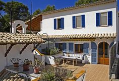 Diese extravagante Villa, die durch ihr individuelles Design und vielseitigen Möglichkeiten der Nutzung besticht, befindet sich im im Norden Mallorcas im kleinen, beschaulichen Küstenort Cala San Vicente nur wenige Fahrminuten vom Ortskern von Pollenca entfernt. Die zauberhaften kleinen Badebuchten sowie die Bars und Restaurants des beliebten Ferienortes sind fussläufig in nur wenigen Minuten erreichbar. Das Haupthaus bietet 3 grosszügige Wohnbereiche, eine perfekt ausgestattete Küche ...