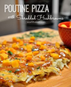 Poutine pizza with shredded hashbrowns Rib Recipes, Pizza Recipes, Potato Recipes, Vegetarian Recipes, Dinner Recipes, Cooking Recipes, Canadian Dishes, Lunches And Dinners, Meals