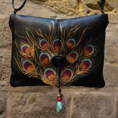 Medium size brown leather bag with peacock feather design via rossymina | hand painted leather bags and goods | boslos y cmplementos de piel pintado a mano. Click on the image to see more!