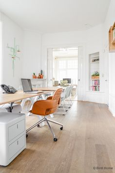 Renting, furnishing and experiencing workstations, office rooms and customized office space. ✅ Visit SKEPP and find your ideal workplace! Office Inspo, Office Decor, The Office, Scandinavian Office, Scandinavian Interior Design, Interior Inspiration, Room Inspiration, Office Workstations, Home Office Design