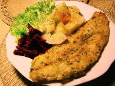 Rybie filety, rybie filé, porciovanú alebo prepolenú rybu dobre opláchneme a osušíme. Zľahka nasolíme a pokvapkáme citrónovou šťavou a obalíme v dvoch polievkových lyžiciach hladkej múky zmiešanej s jednou kopcovou čajovou lyžičkou korenia. Fish Recipes, Zucchini, Sushi, Food And Drink, Chicken, Meat, Dinner, Vegetables, Cooking