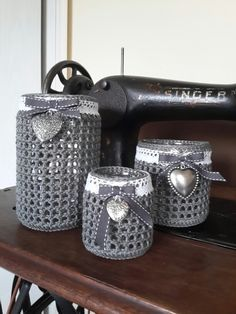 Gläser gehäkelt Crochet Home, Cute Crochet, Crochet Yarn, Knitting Cake, Crochet Jar Covers, Owl Basket, Crochet Leaves, Crochet Flowers, Crochet Video