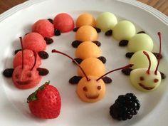 Gesundes Essen für Kinder: Tausenfüßer aus Obst.    Yummy fruits Centipedes