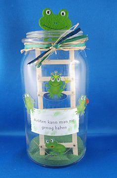 Krötenglas mit Froschsticker https://bastelversand.de/shop/verzieren/sticker-und-mehr/stickerbogen-froesche/