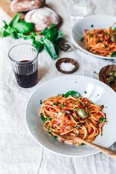 """Pasta liebt jeder, oder? Dann probier doch mal unsere vegane """"Blitz-Pasta"""" alla puttanesca mit leckeren Oliven, Kapern und frischen Kräutern!"""