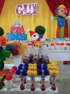 Pirulitos com tule nas cores da festa, por Tatiana Damato.