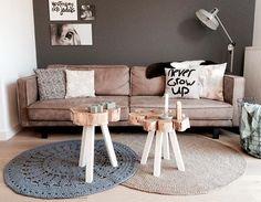 De oorzaak van mijn poetsdrang gisteravond: nieuw vloerkleed! Mijn WOOOD kleed heb ik verkocht, was toe aan iets anders. Het grijze kleed had ik al, nu heb ik er een jute kleed bij besteld, beiden handgemaakt  oh en de kussens zijn van mij! Ook te bestellen  #home #livingroom #couch #treetrunk #tables #crosses #candles #handgemaakt #kussens #gehaakt #rond #vloerkleed #grey #jute #naturals #neutrals #wonen #thuis #binnenkijken #thuiskomen #interior #Housify #woonkamer #showhome