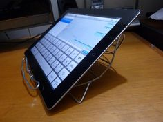 """DIY in 5 minutes, Low cost iPad stand using a grill used in Laltin America to cook """"Arepas"""""""