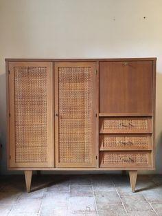Französischer Vergoldeter Eichenholz & Rattan Schrank, 1960er bei Pamono kaufen