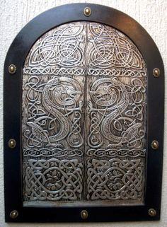 DRAGONS DOOR - Quadro produzido em repujado sobre alumínio medindo 46X63cm, retratando arte celta. O acabamento foi feito com verniz vitral preto e betume da judeia diluído. Sobre a moldura foi aplicado oito botões de bronze.