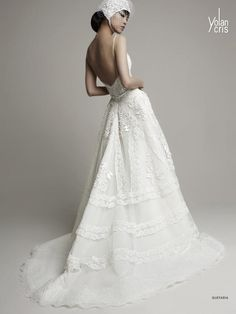 Vestido de novia en color blanco con tirantes y marco en la espalda - Foto YolanCris