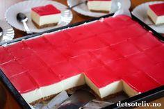 Hei, Jeg har lenge tenkt på å lage en klassisk Ostekake med gelélokk i langpanne og nå har jeg endelig testet det ut. DET BLE KJEMPEVELLYKKET! Jeg fikk 35 store ostekakestykker av denne oppskriften, så dette er en ideell kake å lage dersom du skal ha selskap. Pynt med noen friske bringebær, jordbær og blåbær, og du har en super kake til 17. mai!
