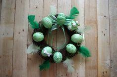 Zelený velikonoční věnec - Tento zelený velikonoční věnec je ozdoben peřím a různě dekorovanými velikonočními vajíčky. ( DIY, Hobby, Crafts, Homemade, Handmade, Creative, Ideas)