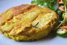 Sempre fazemos esta batata assada com alecrim que, inclusive, está no nosso livro. Desta vez, decidimos misturá-la com a omelete vegana e deu super certo. Ficou saborosa e, com uma saladinha, virou uma refeição completa!