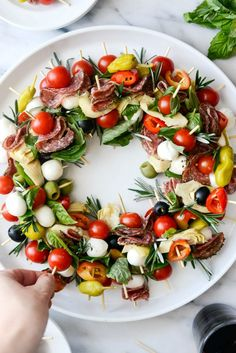 Feiertags-Antipasti-Kranz Dieser Feiertags-Antipasti-Kranz è così einfach, lusti ., Feiertags-Antipasti-Kranz Dieser Feiertags-Antipasti-Kranz è così semplice, elegante e festoso. Caprese Appetizer, Appetizer Recipes, Antipasto Skewers, Snacks Für Party, Appetizers For Party, Appetizers On Skewers, Bridal Shower Appetizers, Food Platters, Christmas Appetizers
