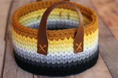 Lindo cesto em fio de malha, com alças de couro ecologico. Ideal para decorar e organizar qualquer ambiente.