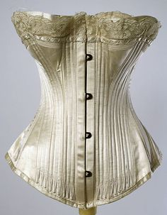 Exterior casings (triple), waist entirely boned around front half, wide shaped flat steels at side, diagonals at back. Cream-on-cream flossing, corded bust detail, and lace ♥♥♥