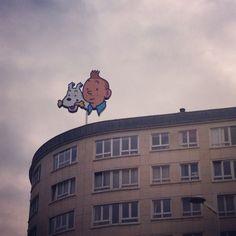 Insegna luminosa di Tintin e Milou @oltreilbalcone #Bruxelles #fumetti #Belgio #oltreilbalcone #viaggi #turismo #itinerari