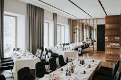 Das 4 Sterne Seehotel Bellevue in Österreich, bietet neben der einzigartigen Location für die Hochzeit auch beste Kulinarik für ein genussreiches Hochzeitsmahl an. Zell Am See, Conference Room, Table Settings, Furniture, Home Decor, Table Top Decorations, Meeting Rooms, Interior Design, Place Settings