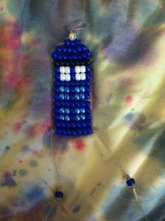 Tardis from Doctor Who: made out of pony beads dark blue, 16 light blue, 9 white, 7 black Pony Bead Projects, Pony Bead Crafts, Pony Bead Animals, Beaded Animals, Pony Bead Patterns, Beading Patterns, Dark Blue, Light Blue, Beaded Ornaments