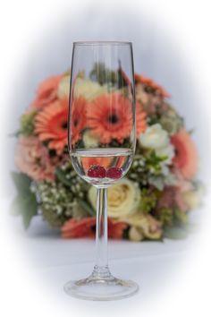 """Das """"Drumherum"""" bei einer Hochzeit Flute, White Wine, Wine Glass, Alcoholic Drinks, Tableware, Newlyweds, Round Round, Wedding, Dinnerware"""