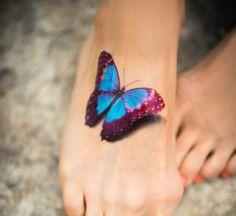 tatouage papillon multicolore sur le pied