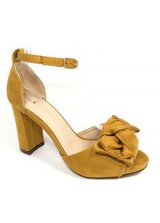 Sandalias elegantes y femeninas. Aprovecha que está de moda el tacón cuadrado para ir cómoda y a la última.   Sandalias con tacón ancho y cuadrado (9 cm de altura), de antelina y tira ajustable en el tobillo.   Destaca el adorno del lazo. Peeps, Peep Toe, Shoes, Fashion, Dressy Sandals, Footwear, Hair Bows, Feminine, Moda