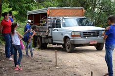 Estudantes usam pau-de-arara para cruzar pista ruim e pegar ônibus novo em Alagoas. Pau-de-arara leva estudantes da Serra da Barriga ao sítio Recanto. Trecho percorrido por veículo é de 18 km por dia.  Fotografia: Beto Macário/UOL.