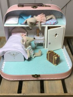 ideas for doll diy crafts fun Mouse Crafts, Doll Crafts, Doll Furniture, Dollhouse Furniture, Diy Dollhouse, Dollhouse Miniatures, Homemade Dollhouse, Diy For Kids, Crafts For Kids