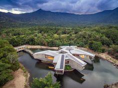 Stavba skrytá v australském deštném pralese vypadá jako vesmírná loď z kultovního seriálu Star Wars. Jde ale o rodinný dům Alkira postavený v roce 2009 nad uměle vytvořeným jezírkem. Majitel rezidenci nyní prodává za v přepočtu 381 milionů korun.