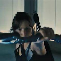 Katniss Hunger Games Costume, Hunger Games Saga, Divergent Hunger Games, Hunger Games Catching Fire, Katniss And Peeta, Katniss Everdeen, Hunger Games Exhibition, Hunger Games Mockingjay, Suzanne Collins