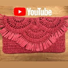 Happy week to everyone, the raffia clutch bag cover told by the spring virus wrap Crochet Purse Patterns, Bag Crochet, Crochet Clutch, Crochet Cross, Crochet Handbags, Crochet Purses, Crochet Baby, Clutch Pattern, Crochet Videos