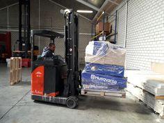Ejercicio de carretilla trilateral con carga real en la formación para ADECCO TRAINING en nuestras instalaciones de Getafe