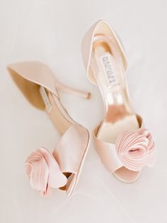 blush wedding shoes, badgley mischka Thora @amyarringtonphotography