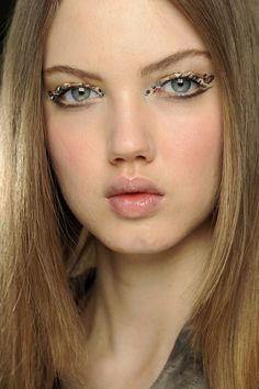 Lindsey wixson backstage at chanel fall/winter 2013-14