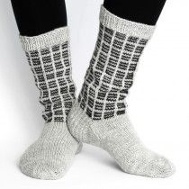 Miesten villasukat kuviolla, vaaleanharmaa Knitting Socks, Yarn Crafts, Mittens, Tutu, Knit Crochet, Villa, Diy, Fashion, Knitting Loom Socks