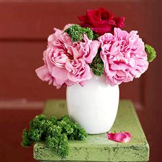 You might not have considered parsley as a companion for lush roses before, but why not? The dense, ruffled leaves delightfully pair with more delicate roses, and the vivid green color can't be beat. Plus, the fragrance combo will leave you feeling energized.