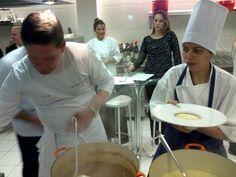 Junior Durski prepara um delicioso risoto durante o Festival do Tartufo realizado no Centro Europeu.