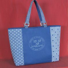 Fat Quarter-friendly bag.  Great idea because those fat quarters always come in the cutest patterns and are easy to buy.