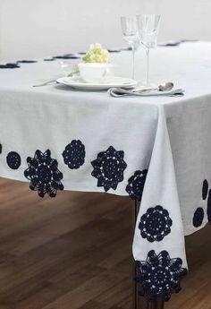Flores diversas em crochê sobre toalha de tecido